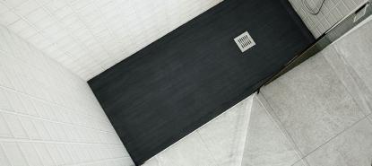 Vista desde arriba de un plato de ducha extraplano y moderno